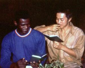 森で野生生物の調査研修中の若手コンゴ人ジョマンボと筆者 ©西原智昭