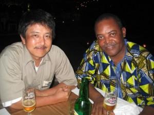 久々に再会を果たしたコンゴ共和国森林省のジョニイ(右)と筆者 ©西原恵美子