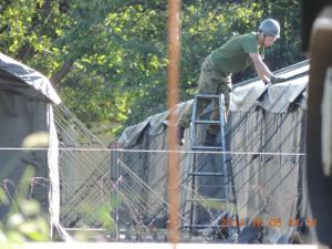 日米共同演習の準備:施設科の隊員による米軍などの大型テント設置。テント周囲は有刺鉄線で仕切られている(筆者撮影)