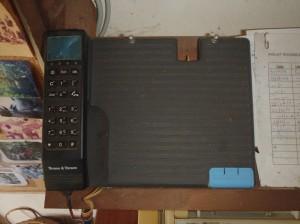 内戦当時(2007年)に使用していたまるで計算機のような衛星電話©西原智昭
