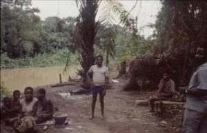 1989年当時まだ森の中に住んでいた先住民ベケロとその家族 © 西原智昭