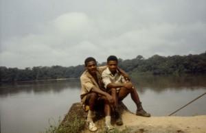 若いころの森の先住民ベケロ(左)とその親友アンダース(右) © 西原智昭