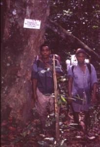 屈強な先住民ガスコ(左側)©西原智昭
