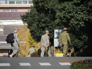 右はつばの広い帽子をかぶるオーストラリア陸軍の兵隊。その後ろは戦闘服の米兵。遠くに自衛官の姿も。
