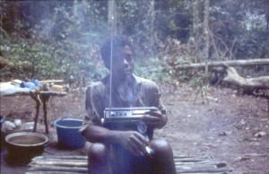 ラジカセを楽しむボマサの農耕民©西原智昭
