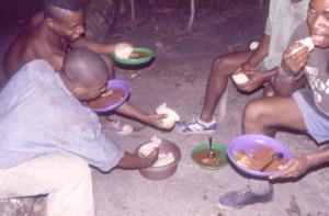 スープ状の魚の料理を主食であるフフと食べる先住民©西原智昭