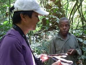 森の植物の薬用利用について、長老の先住民から教わる筆者©永石文明