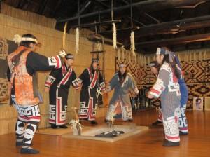 多くのお客さんの前で披露されたアイヌの伝統的な歌と舞©西原恵美子
