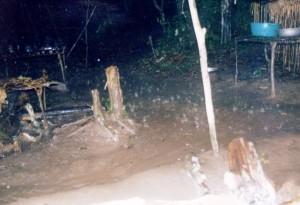 大雨を受け、地面の水が川のように流れる©西原智昭