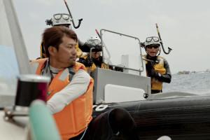 「行け!」と、活動家。フルスロットルの抗議活動のボートに海上保安庁ゴムボートが乗り移ろうと接近している。
