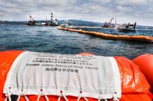 臨時制限区域を示すフロートの中で進められるボーリング調査。抗議する市民の船を海上保安庁の職員が転覆させる事件も起きている。