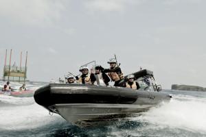 海上保安官も本気モードで追跡。