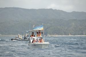 抗議活動のボート「ラブこ」という名前。   この日は、ジャーナリスト満載してたせいか無事に港に戻れたが、翌日、海上保安官によって、転覆された。