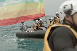 5分後、海上保安官達に乱暴に羽交い締めにされた。