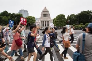 国会正門前を行進する参加者  6月14日