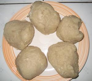 餅状になったフフを握りこぶし大の大きさにして皿に盛る©西原恵美子