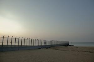 フェンスの向こうで、何があろうと我々の法律は通用しないし、この一帯の空も飛べない。