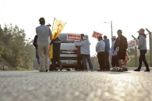 工事業者への、平和的抗議活動から始まる。