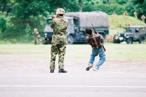 2005年6月、練馬駐屯地におけるイラク派遣前の第一師団検閲での一コマ。戦車や無反動砲など使用して仮想敵などに向けて一斉射撃。その後至近距離での自衛官が民間人に扮した仮想敵を射殺、確認のため自衛官が銃を向けて死んだ仮想敵を確認する。最近陸自の内部文書「イラク復興支援活動行動史」に同様な訓練内容が記述してあった。