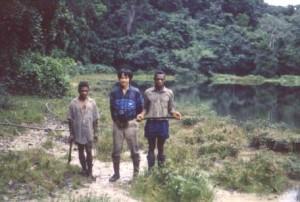 25年前の筆者と森の先住民©黒田末寿