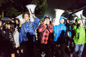 「安倍はやめろ!」と声をあげながら国会へデモ行進する若者たち。9月17日