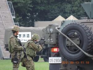 車両の脇で敵に銃の引き金を向けている、ゴーグルを使用している隊員がいるのでなんらかな弾が発射されているのだろう。