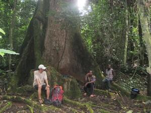 いま現在の筆者と森の先住民©西原恵美子