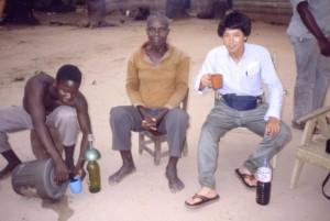村人と酒を酌み交わすことはスムーズな会話に役に立つ©西原智昭