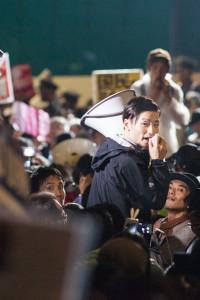 国会正門前の交差点で合流した仲間とコールするSEALDsの奥田愛基さん。