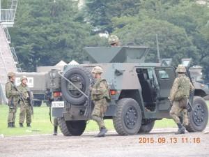 日曜日にも関わらず第一普通科連隊の装甲機動車が4台と自衛官が演習していた。