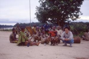 25年前の筆者と村の女性たち;筆者は女性陣にスムーズに受け入れられた©西原智昭