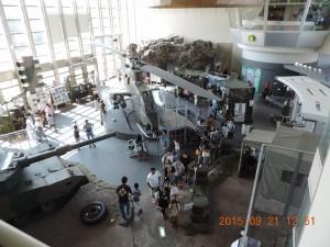 広報センター内の攻撃ヘリコプター( コブラ)の飛行と敵を機関銃で攻撃する シーンを疑似体験できる「フライトシミュレーター」に並ぶ親子たち