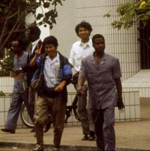 写真160:1989年当時の今後共和国の首都ブラザビルにて(黒田氏:中央、筆者:左)©西原智昭
