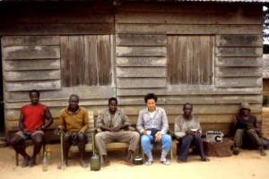 ボマサ村で村長らと酒を交わす筆者;お酒はスムーズなコミュニケーションに時には必要だ©西原智昭