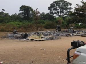 燃えて灰と化した村長の家©西原智昭