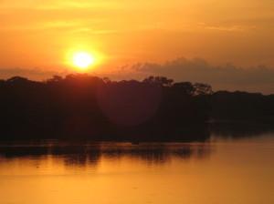 川の向こうに沈む夕日©西原恵美子