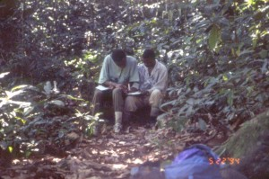 森の中で研修中の二人の若手コンゴ人©西原智昭