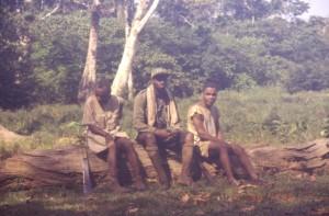 ジョマンボ・セラファン(中央)と先住民ガイド(ドカンダ:左、ガスコ:右)©西原智昭
