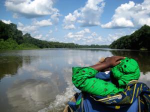 川を丸木舟で移動する様子©西原恵美子