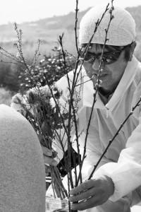 自ら建立したお地蔵さんに花をたむける木村紀夫さん