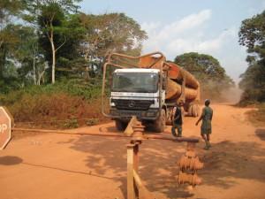 伐採道路に設置された検問所において違法野生生物取引を防止するパトロール隊©西原智昭