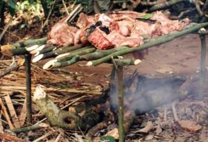 長期保存させるために森の中で燻製にされるブッシュミート©西原智昭