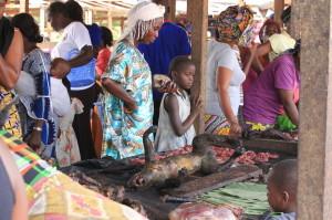 市場で黒焦げに燻製にされて売られているサルの死体;ごく日常の光景である©西原智昭