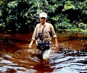 写真227:2001年テレビ隊と沼地の中を歩いていたときの筆者©NHK