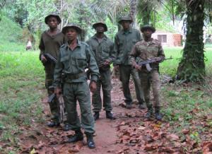 写真226:パトロール隊;正当防衛のために自動小銃を常に携行する©Domingos Dos-Santos