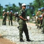 写真2:カンボジア1993年 銃を手にする自衛隊員