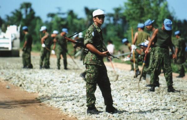 カンボジア1993年 銃を手にする自衛隊員