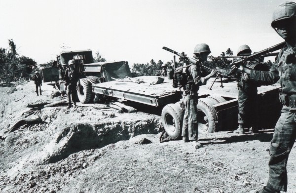 ベトナム1965年 政府軍の補給部隊が反政府軍の攻撃を受けた