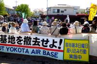 毎月第3日曜日に行われている横田基地撤去の座り込み行動。7月には88回目になる。