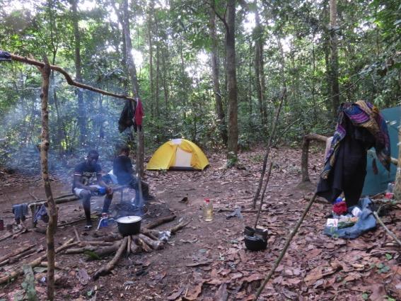 写真248:森の中のキャンプ地。正面奥の小さいテントが筆者のテント©西原智昭